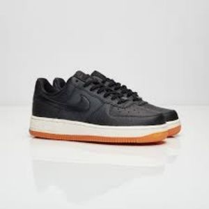 NWOB Nike WM AIR FORCE 1 '07 SEASONAL Size 8.5 US